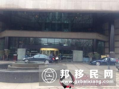 锦绣中华停车场 两名华裔女子遭蒙面汉抢劫